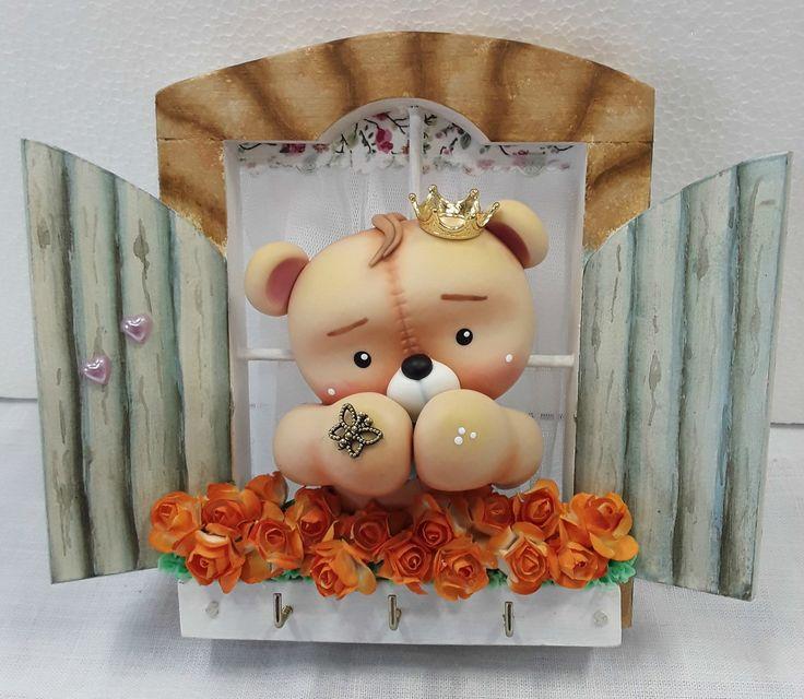 Porta chaves de mdf em formato de janelinha, trabalhada em biscuit com urso Teddy e jardineira de rosas.  Ótima peça decorativa/utilitária.