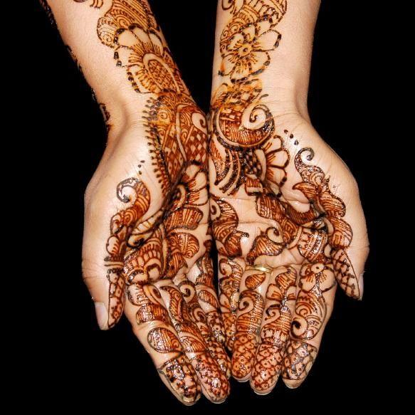 Cómo quitar un tatuaje de henna. Un tatuaje de henna es aquel que, al no precisar de agujas para su elaboración, no penetra en las capas de la piel y es temporal e indoloro. Este tipo de tatuaje consiste en dibujos y diseños que se g...