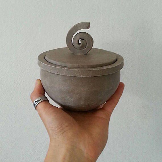 Raku keramiek potten, Tin en wit, keramische containers, keramische sieraden dozen, chocolade, potten met kurk. Sierlijke raku keramiek potten aangepaste producten. De artikelen kunnen enigszins afwijken van de fotos want het is een product met de hand gemaakt op raku-techniek. Grootte van elk: Hoogte: 9 cm + 3 cm knop Maximale diameter: 13 cm Video-objecten in actie: https://www.instagram.com/p/BIkiDMtBHmA/?taken-by=federico_becchetti_art Sieraden doos met r...