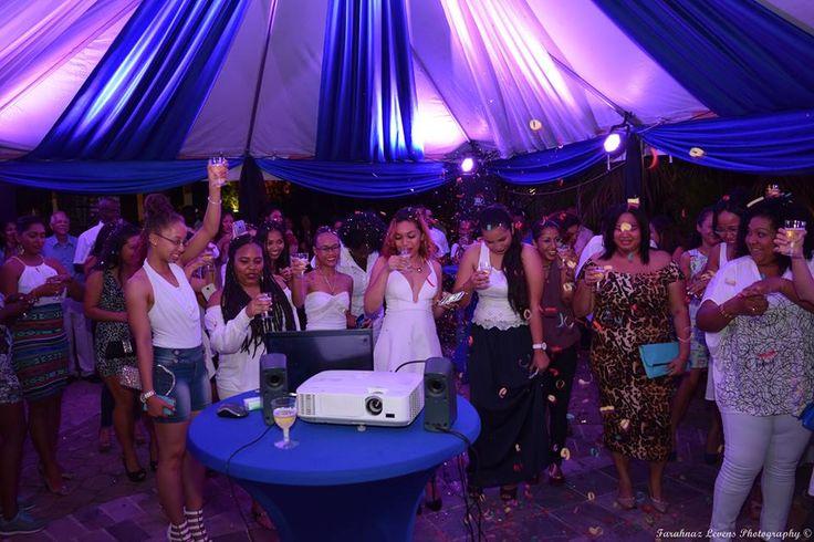 Alembo medewerkers proosten op het 10-jarig bestaan, feest Paramaribo.