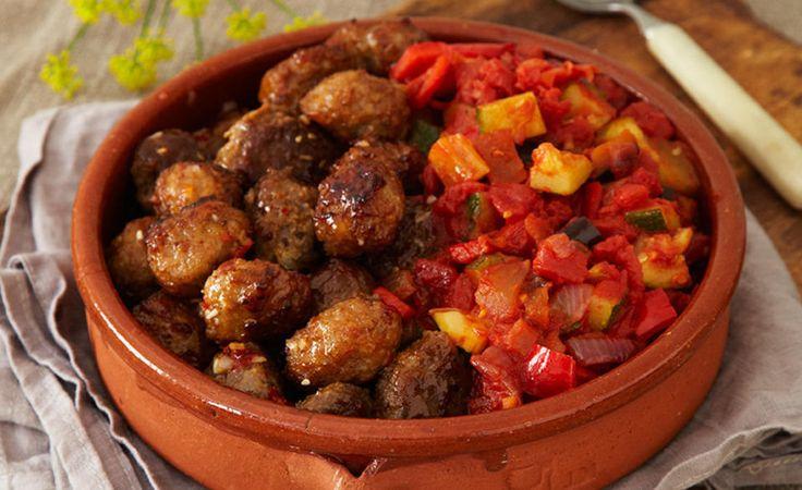 Kjøttboller er alltid populære, så du bør beregne minst 4–5 kjøttboller per person til tapasbordet. Kjøttboller kan lages god tid i forveien og fryses ned. Hvis de ikke fryses, stek, avkjøl og sett så kaldt i kjøleskap i 1–2 dager før servering.   Grønnsakrøre kan gjerne lages 1–2 dager før servering. Server kald eller varm lett opp før servering. Ratatouille smaker godt som selvstendig rett eller som tilbehør til kjøtt, for eksempelkjøttboller.  Oppskrift fra Wenche Andersens «Mat og…