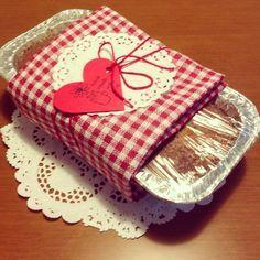 Um bolo simples com embalado no papel filme envolto em um pano de prato fofa❤