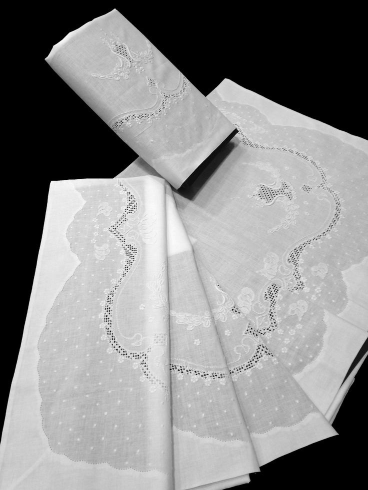 Sábanas blancas de Algodón 100%, con el embozo bordado a mano con un diseño de bodoques y hojas. El diseño del bordado es muy barroco. Juego de sábanas compuesto por: 1 Sábana encimera. 1 Almohada. 1 Sábana bajera ajustable. Puede personalizar las sábanas bordando sus iniciales. Compré estas sábanas en: www.lagarterana.com
