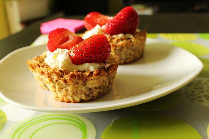 Słodkie, zdrowe śniadanie: otrębowe miseczki z białym kremem i truskawkami [PRZEPIS]