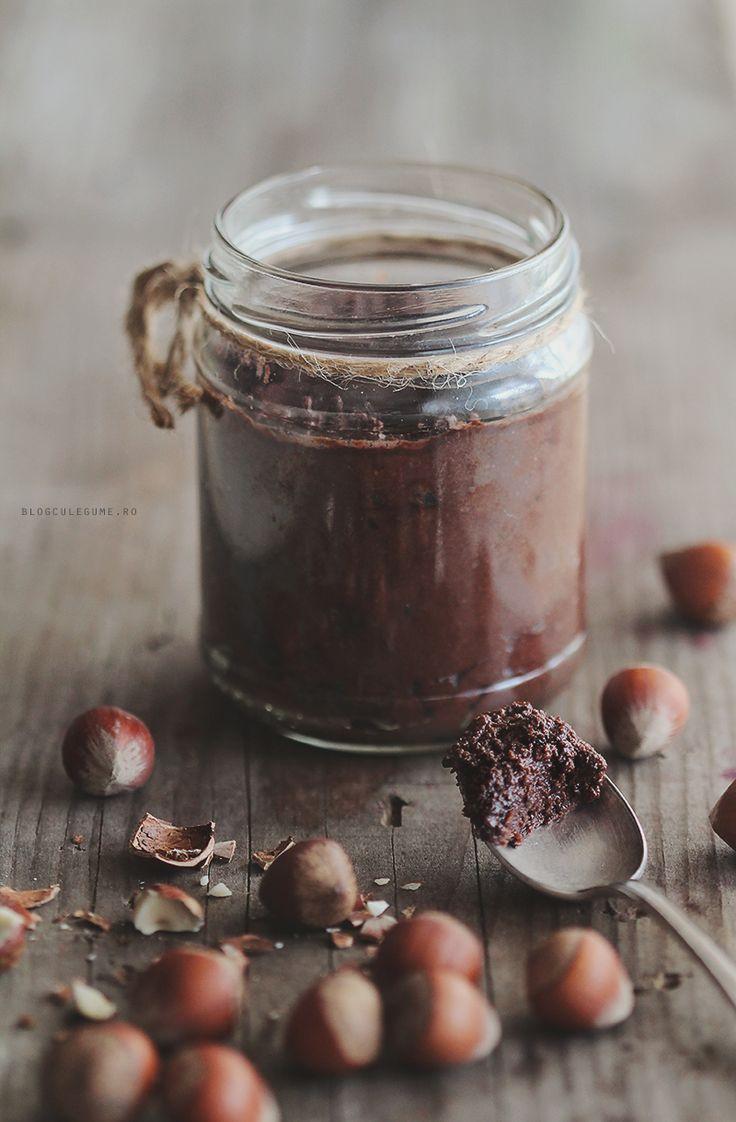 ngrediente pentru Nutella de casa (pentru un borcan de 400 g) 300 g alune de padure, crude 4-5 curmale deshidratate 1 lingura de ulei de cocos 2 linguri de pudra de cacao raw (o gasiti la Ligia sau la Beorganic)  4-5 linguri de apa plata sau lapte vegan  Alunele de padure si curmalele se lasa la hidratat peste noapte sau macar cateva ore. Toate ingredientele se pun in robotul de bucatarie si se proceseaza 3-4 minute pana se obtine o consistenta cremoasa. Se pastreaza in frigider.