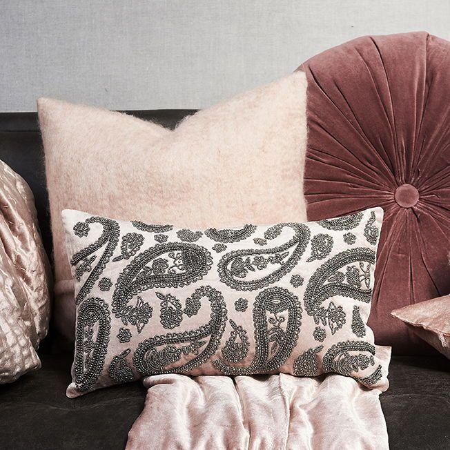 LUXE VELVET KUSSEN | Soft pink en paisley: een gou…