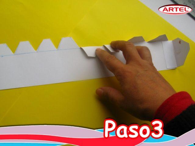 Paso 3: Dividir la cinta en un espacio de 5 cm.  y otro de 2 cm. para las pestañas, cortar y doblar.