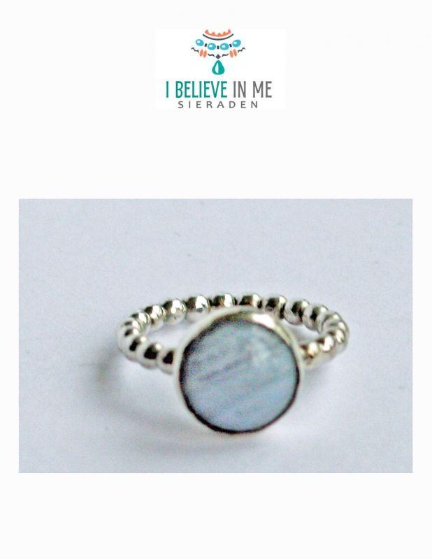 I Believe in Me Sieraden levert in eigen atelier handgemaakte exclusieve kettingen, oorbellen en ringen met edelstenen, mineralen, parels en sterling zilver evenals bijv. Lapis Lazuli, chalcedoon, sodaliet, onyx, carneool, amazoniet, aquamarijn  en rozenk - € 23,00