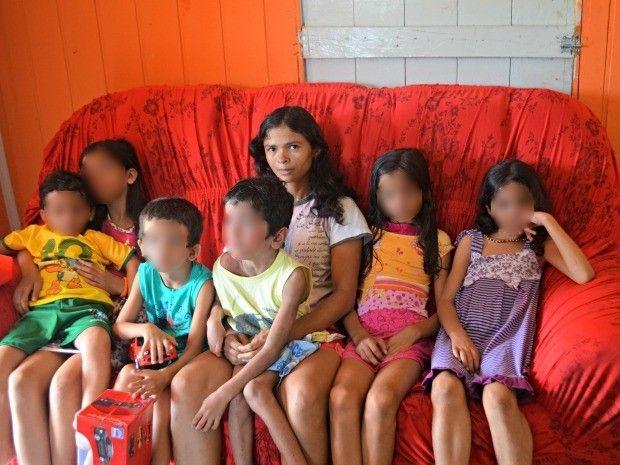 Júlia com os filhos (Foto: Tácita Muniz/G1)
