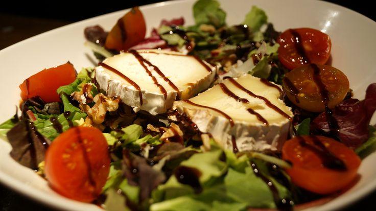 Ensalada Gourmet con nueces, rulo de cabra. Balsámico y tomate cherry. 8,50 € Bodeguita1999 Alicante. Especialistas en carnes de calidad.