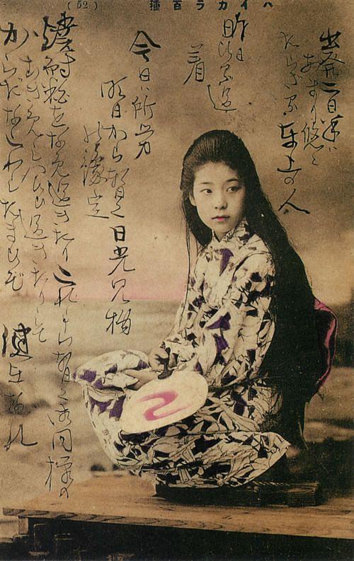 夕涼みをする女性(絵葉書)> いまから約110年前、明治39年の絵はがきだ。明治時代になると、和装で髪をおろした写真がけっこう出てくる。着物が百合文様なのもハイカラで見逃せないポイント。