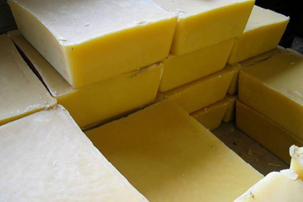 Soda ash sering digunakan sebagai zat pembantu dalam proses pewarnaan batik.