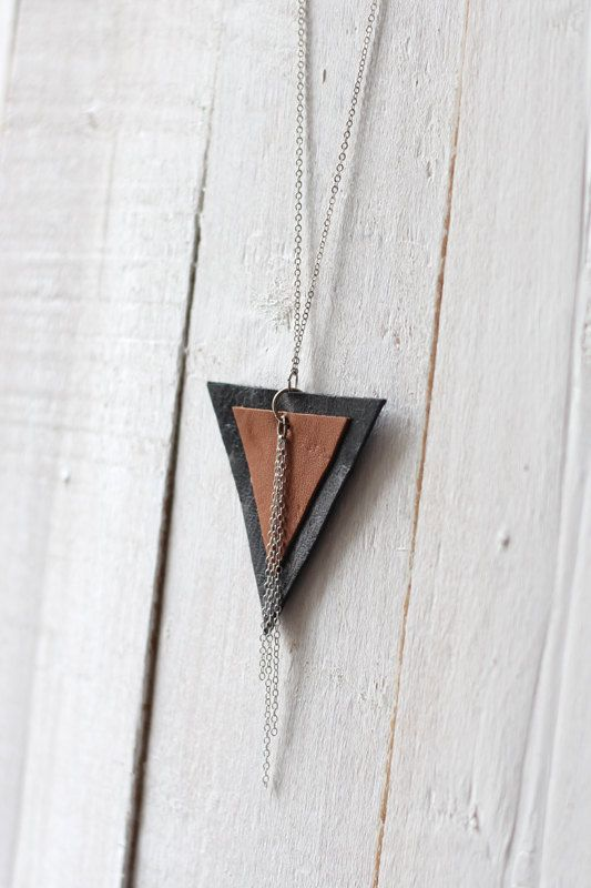 Collier en cuir en forme de triangle renversé  par morningboutique, €20,00