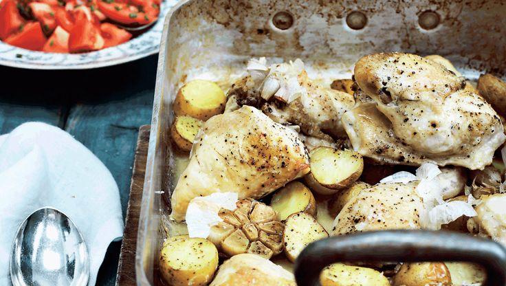 I denne uge får du fem opskrifter på skønne klassiske retter med et twist. Her får du opskriften på kylling i fad med hvidløg, kartofler og tomatsalat
