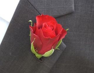 """Read: """"How To Make A Basic Boutonniere in 5 Minutes"""" #DIYBoutonniere  #DIYFlowers #DIYWedding"""