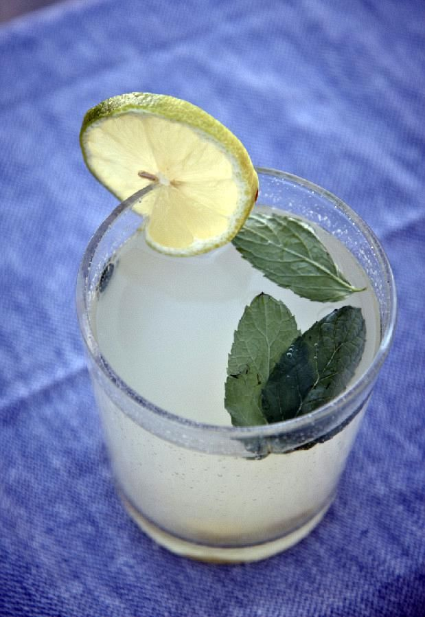 Θα χρειαστούμε μια ποσότητα στο ποτήρι ίση με ενάμιση δάχτυλο. Θα συμπληρώσουμε παγάκια, παγωμένο νερό –απλό ή ανθρακούχο- και φυλλαράκια φρέσκου δυόσμου. Σκέτη απόλαυση! Υλικά για 850ml συμπυκνωμένο χυμό 2 φλιτζάνια ζάχαρη 2 φλιτζάνια νερό Ξύσμα από 6 λεμόνια 2 φλιτζάνια χυμό λεμονιού 1 κομματάκι τζίντζερ μήκους 2εκ. καθαρισμένο και …