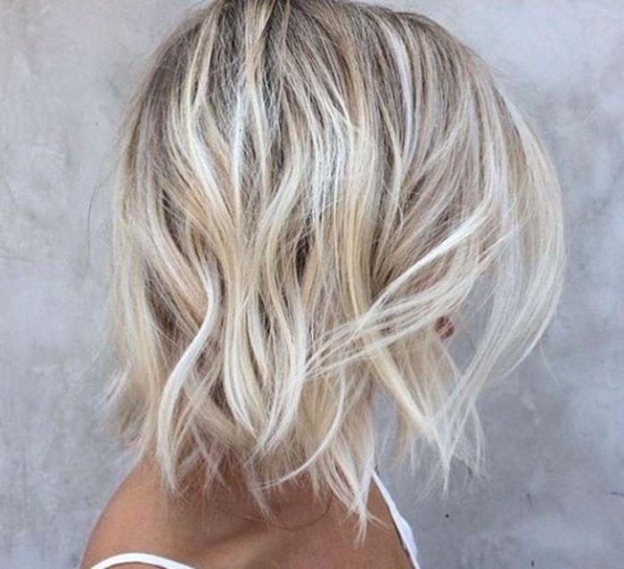 helles Farbe Ombre Strähnen gekrauste Haare kurze Frisur lässige Frisur einfach zu machen