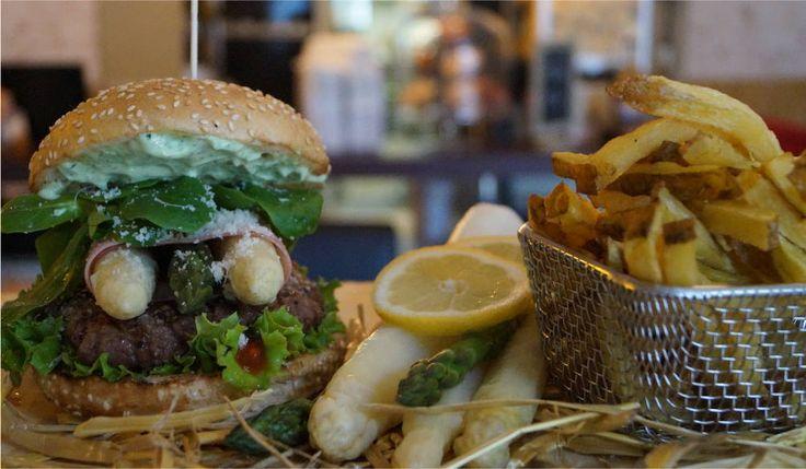Burger mit 160 g Bio-Beef,  frischer Parmesan-Spargel (Belitzer Spargel und Grüner Spargel), angegrillter Kochschinken, frischer Feldsalat und Petersilien-Basilikum-Mayo. Wahlweise auch im Redbun.