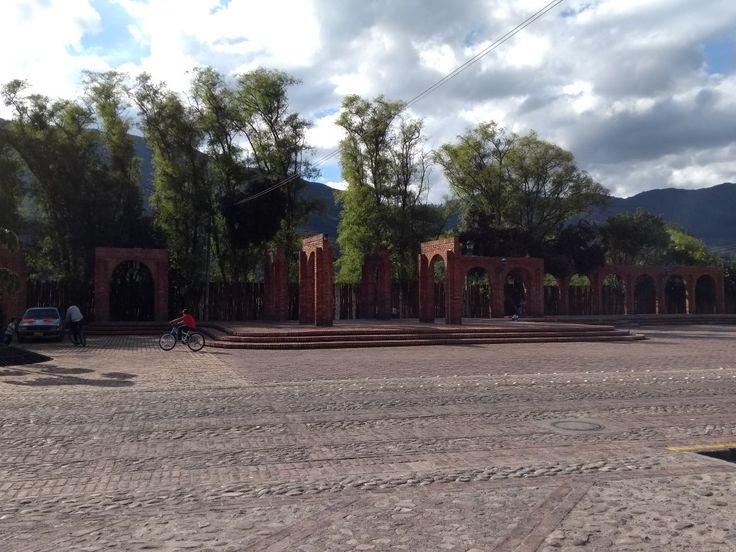 Plaza principal y arquitectura de estilo colonial del municipio de Tabio, Cundinamarca.