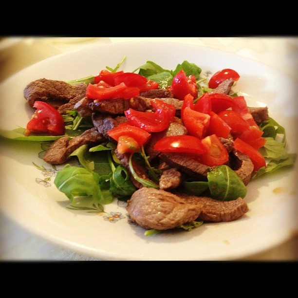 Beef with rockets, tomatoes and parmesan