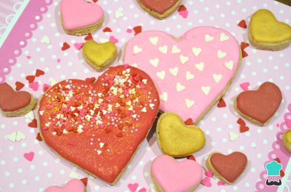 Aprende a preparar galletas de corazón para San Valentín - ¡Decoradas paso a paso! con esta rica y fácil receta. Las galletas decoradas con glasa son una excelente...