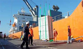 Spanish Dockworkers Cancel Strikes to Resume Talks