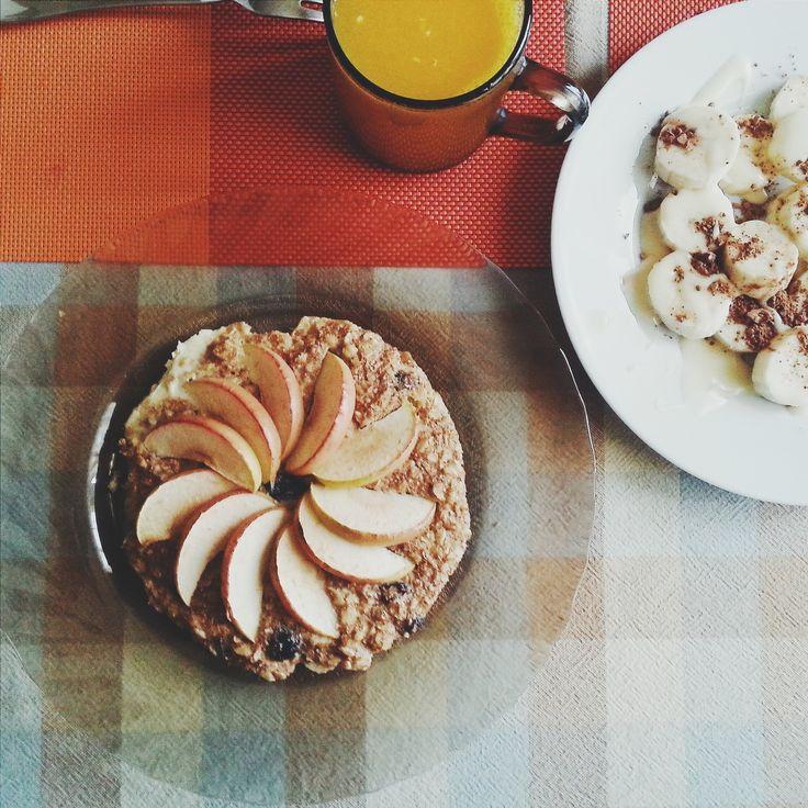 """Этот завтрак сделал меня счастливее с самого утра ^_^    Полезный овсяный пирог с яблоками и корицей!    Ингредиенты:    - овсяные хлопья - 3 ст.л.  - клетчатка/отруби - 2 ст.л.  - 1 яйцо  - корица - по вкусу  - изюм/финики/стевия - по желанию     Приготовление:    Смешайте овсянку, отруби, яйцо, корицу и сухофрукты/подсластитель, если вы их используете*. Выложите """"тесто"""" в форму на пергамент, слегка смазанный маслом. Украсьте сверху тонко-нарезанными дольками яблок. Выпекайте в духовке…"""