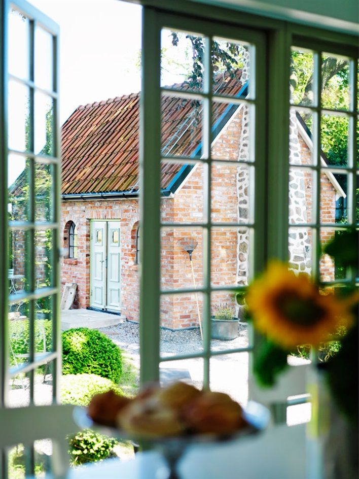 Spröjsat fönster med utsikt mot gästhus