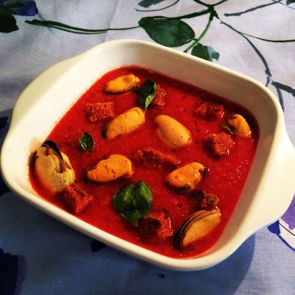 """""""Naufragio di cozze in un mare di gazpacho"""" la mia prima ricetta dal blog Juliet's lunchbox per altre info: Https://julietslunchbox.wordpress.com"""
