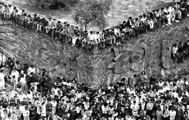 Asi fue la matanza de Tlatelolco. Poniatowska. En la Plaza de las Tres Culturas se habían reunido unas 10,000 personas entre estudiantes, amas de casa, con niños en brazos; obreros, ancianos y ambulantes.