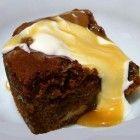 Sticky Toffee Pudding is een overheerlijke Engelse desserttaart, machtig maar uitermate lekker! Het wordt altijd warm gegeten met toffeesaus en/of cus...