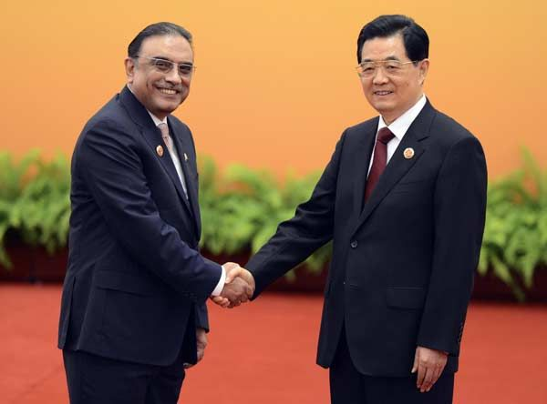 Chinese President Hu Jintao (R) shakes hands with Pakistan President Asif Ali Zardari at the Shanghai Cooperation Organization (SCO) summit in the Great Hall of the People in Beijing June 7, 2012.