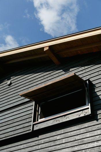 内側から棒で押して開ける「突き出し窓」が、外観のよいアクセントに。