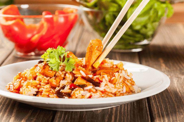 Rijst met kip in zoetzure saus is een eenvoudig en slank gerecht waarmee je ook makkelijk kan variëren bijvoorbeeld door stukjes ananas toe te voegen.