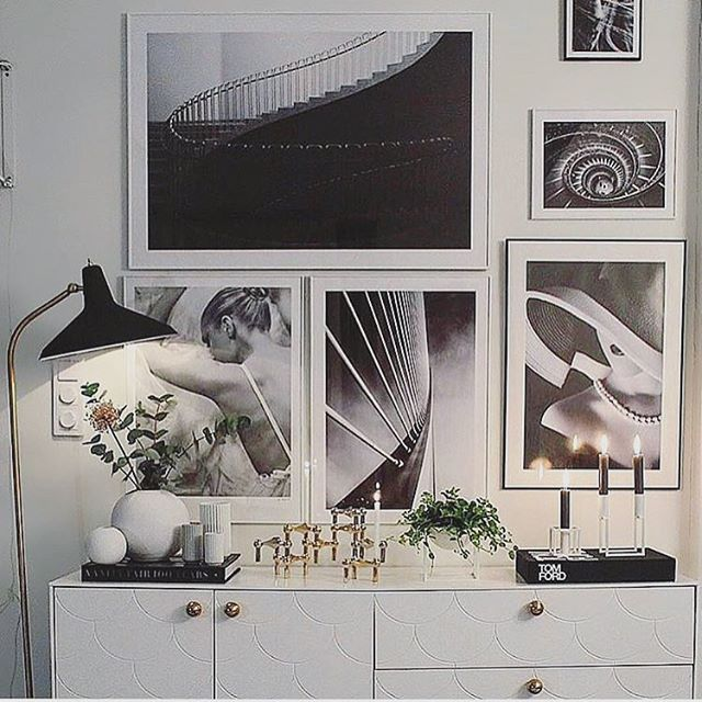 Photo wall with black and white photo art from Printler, interior design by @crispinterior_ at instagram. Beautiful white dresser with white pottery, eucalyptus and a brass candlestick. https://printler.com/sv/