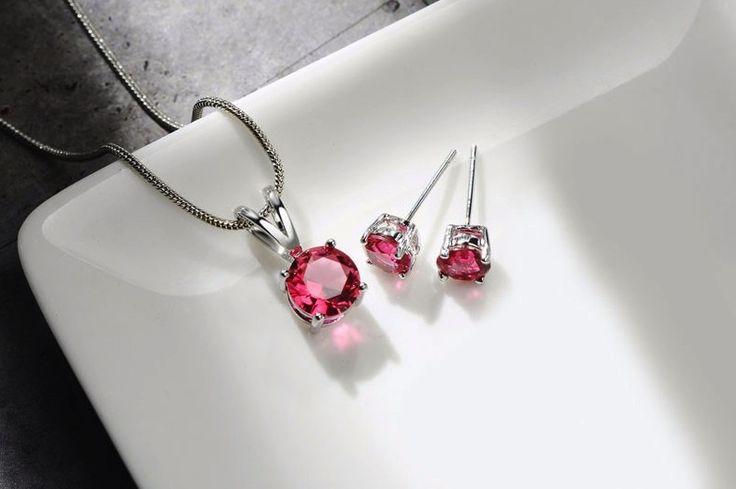 set bijuterii format din cercei, colier si pandativ cu cristale rosii http://www.bijuteriifrumoase.ro/cumpara/cercei-si-colier-cu-cristale-rosii-3257