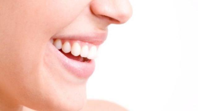 Comment soigner ses lèvres sèches et gercées ? Dans sa chronique, Catherine nous livre en vidéo un recette de grand-mère très efficace pour ne plus avoir les lèvres sèches en automne comme en hiver.