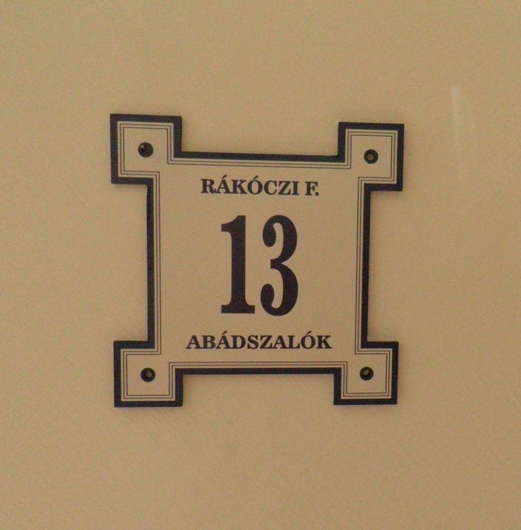 Kiemelt külsősarkos házszámtábla, Falra-való