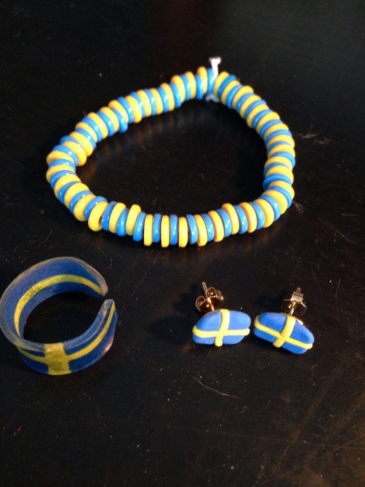 Snart OS, armband av smälta nabbipärlor, örhängen av Silk Clay och ring av krympplast. Heja Sverige