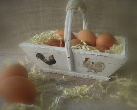 De cesta vieja y fea a cesta para huevos.      Una mano de pintura roja, dos de blanca. Lijar, pegar los gallos, y el cordel en el asa. ...