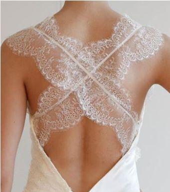 Clique aqui e veja a frente e as costas cruzadas deste lindo vestido da Victoria Kyriakides, de seda e renda.