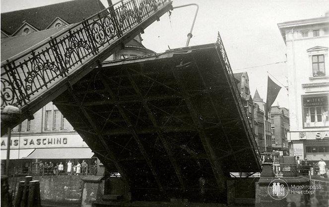 Кёнигсберг. Разводящийся Лавочный мост. Фото ок. 1940 года.