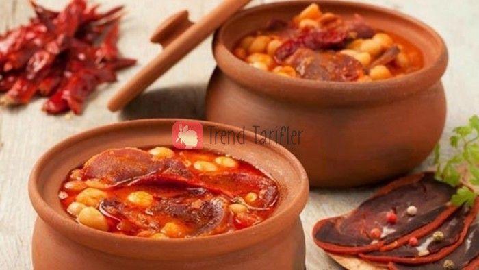 Türk mutfağının sevilen lezzeti pastırmalı kuru fasulye, bu tarifte güveçte pişiyor ve lezzeti ile damağınızda unutulmaz bir tat bırakıyor.
