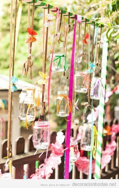 Idea original, tarros de cristal con lazos para decorar boda en patio o jardín