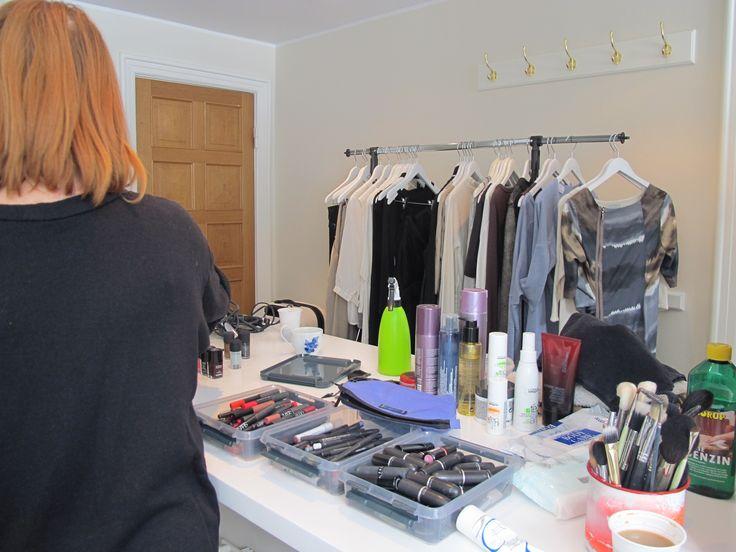 Så er make-up artisten igang. Der er fortsat orden på sagerne. Hvordan mon det ser ud når modellen er stylet færdig?