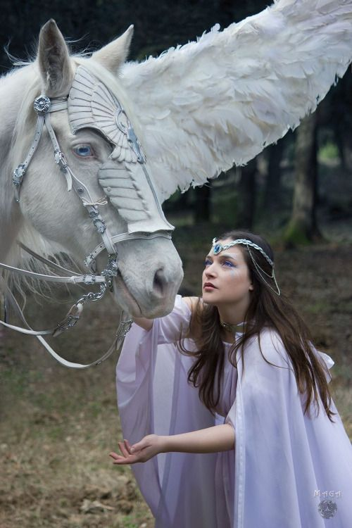 THE WHITE LADY AND THE PEGASUS Photo: Duncan Trisquel Model: Andrómeda Alexandra Maga Make up & edition: Art-Drómeda Designer & stylist: Random Corsets Crown: Crystal Dreams Alice Collaboration with Drakonia Horse: Drakonia's Pegaso ~Fantasy Realms~