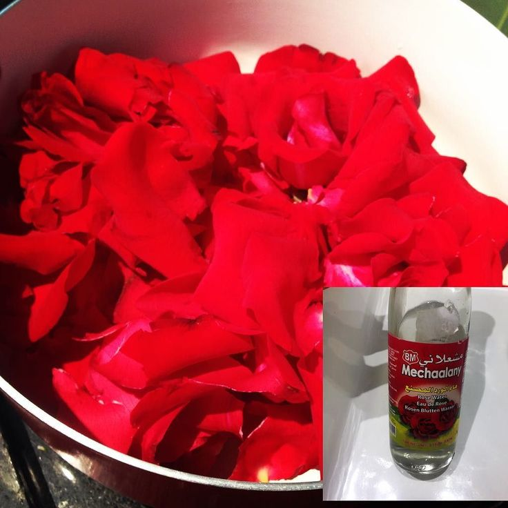 Ganhou rosas vermelhas ou tem elas no jardim? Depois de uns poucos dias vão começar a murchar então não as jogue fora. Água de rosas é muito benéfica e anti inflamatória usada pelos indianos. A que vc compra pronta (e custa uns 20 reais) tem óleo essencial e água destilada mas vc pode fazer em casa e obter mtos dos benefícios da rosa. Pode colocar um pouco no suco gosto de colocar num cupcake de rosas que faço (tem receita aqui) mas uso todo santo dia na pele e sempre no cabelo. Ajuda a…