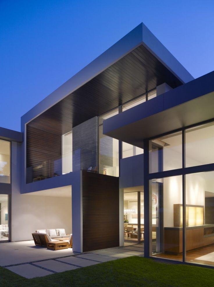 Brentwood Residence / Belzberg Architects Arquitetura moderna nessa casa com áreas amplas, utilização de vidro e madeira, com áreas amplas e iluminação embutida e natural.