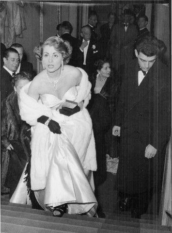 """Milano, 1954. Enrica Invernizzi alla prima della Scala. Detta """"robiolina"""" in omaggio al formaggio inventato dal marito, è stata celebre alla Scala per la sua straordinaria collezione di gioielli, in particolare per una collana di smeraldi di Van Cleef  & Arpels, invidiata da tutte."""