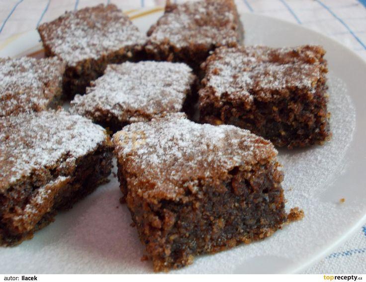 Nastrouhanou cuketu smícháme s cukrem, mletým mákem, olejem, žloutky moukou, jedlou sodou, vanilkovým cukrem, kakaem a skořicí. Pak vmícháme sníh...